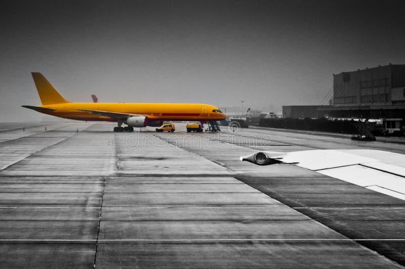 Lastflygplan som laddar på flygplatsen royaltyfri fotografi