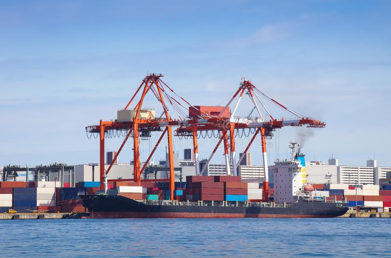 Lastfraktskepp med den staplade behållaren royaltyfria foton