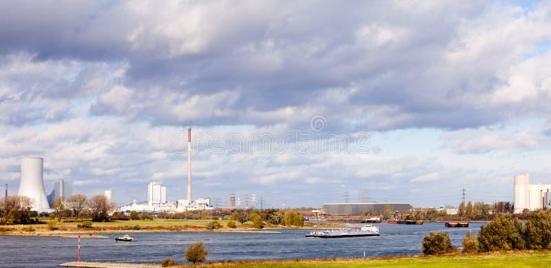 Lastkähne auf Fluss Rhein in Duisburg Deutschland Europa stockfotos