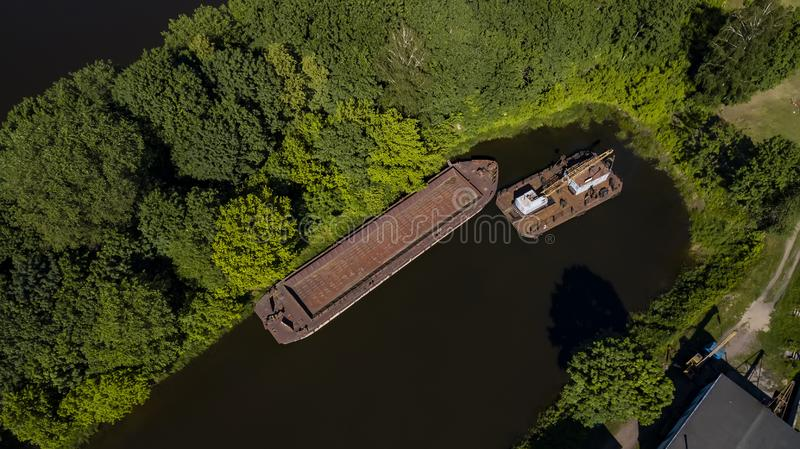 Lastkahn auf dem Fluss in der Draufsicht Amazonas-Dschungels vom Brummen stockbild