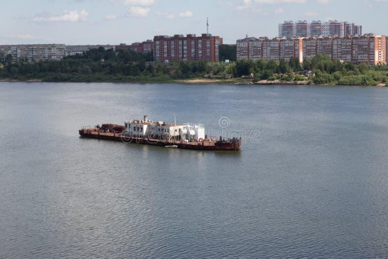 Lastkahn auf dem Fluss steht noch lizenzfreie stockbilder
