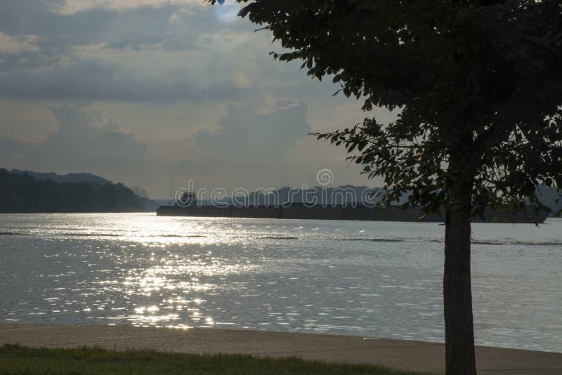 Lastkahn auf dem Ohio-Fluss stockfotos