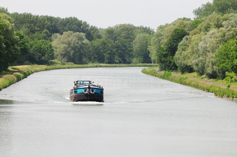 Lastkahn auf Fluss stockfoto