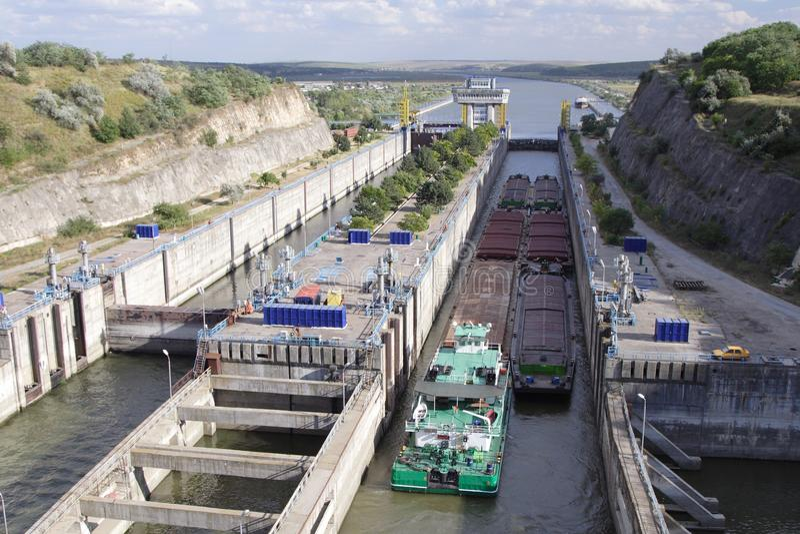 Lastkahn, der durch Kanalverriegelung überschreitet lizenzfreies stockbild
