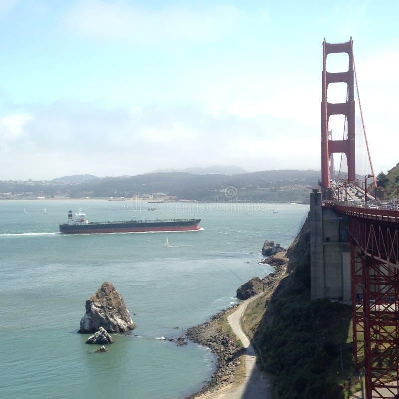Lastkahn, der San Francisco-` s Golden gate bridge sich nähert lizenzfreie stockbilder