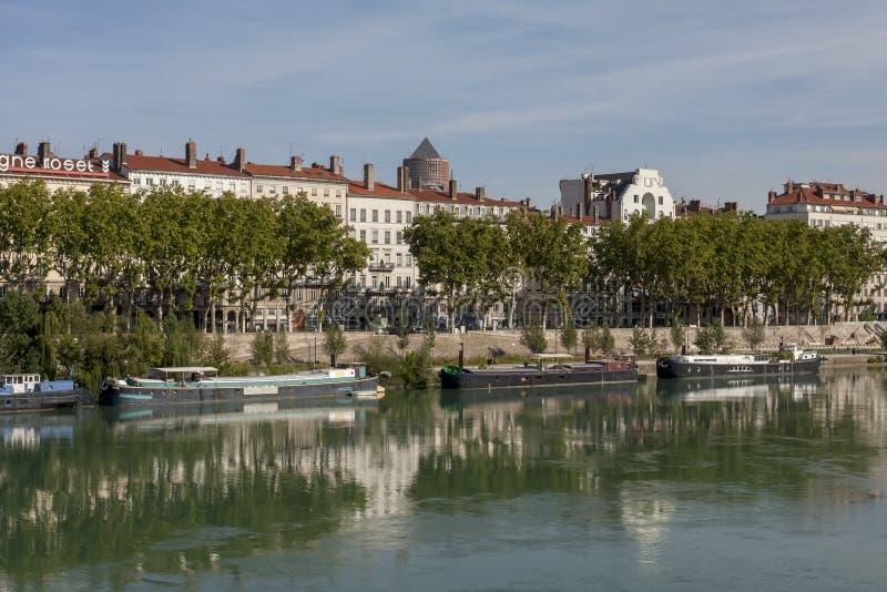 Lastkahn festgemacht auf der Rhone in Lyon Frankreich stockbilder