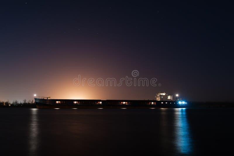 Lastkahn nachts lizenzfreie stockfotografie