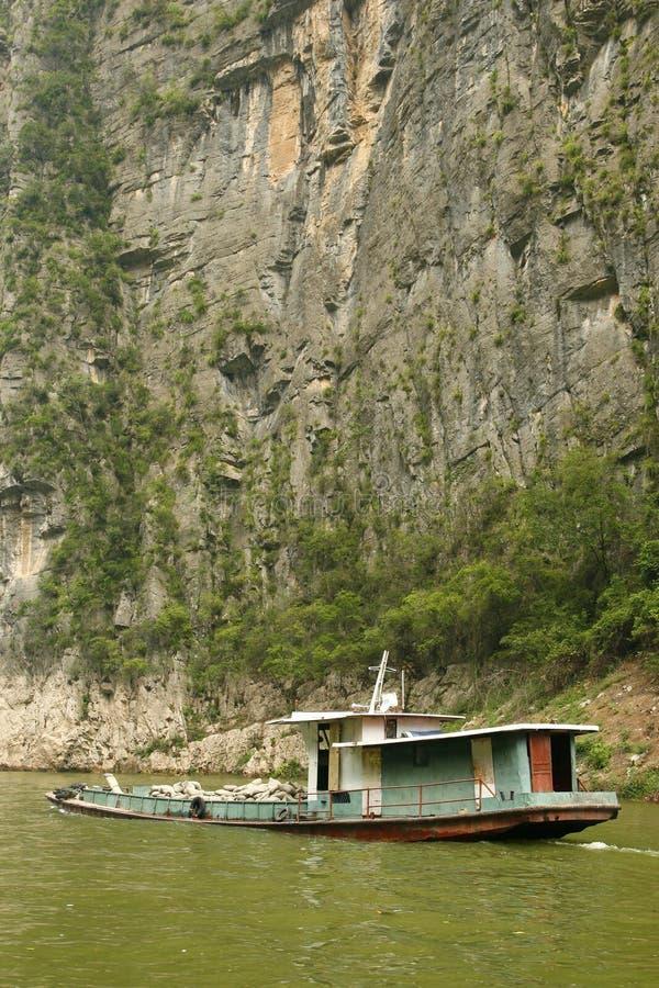 Lastkahn-Verkehr entlang dem Yangzi Fluss stockbild