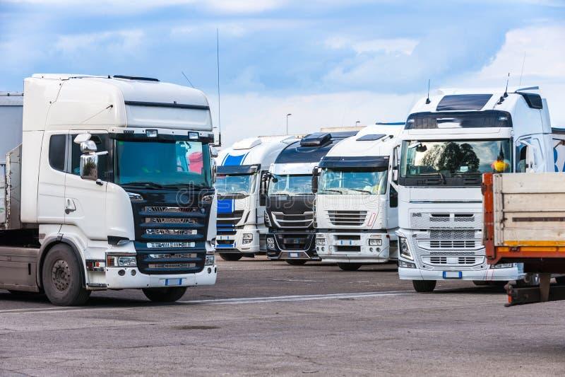 Lastkraftwagen auf einem Parkplatz lizenzfreie stockfotos