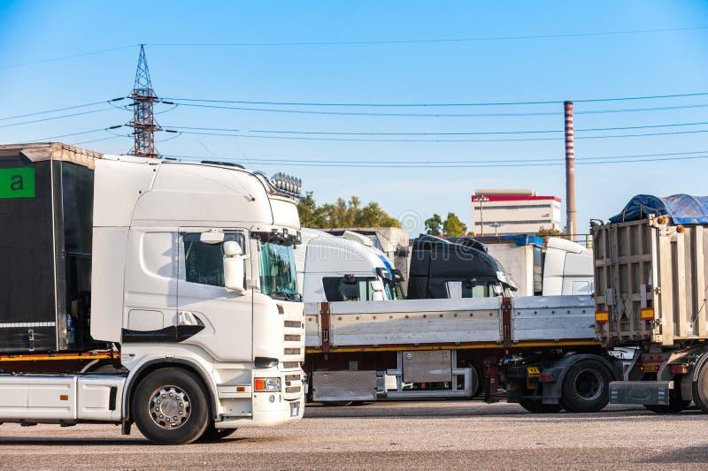 Lastkraftwagen auf einem Parkplatz lizenzfreies stockfoto