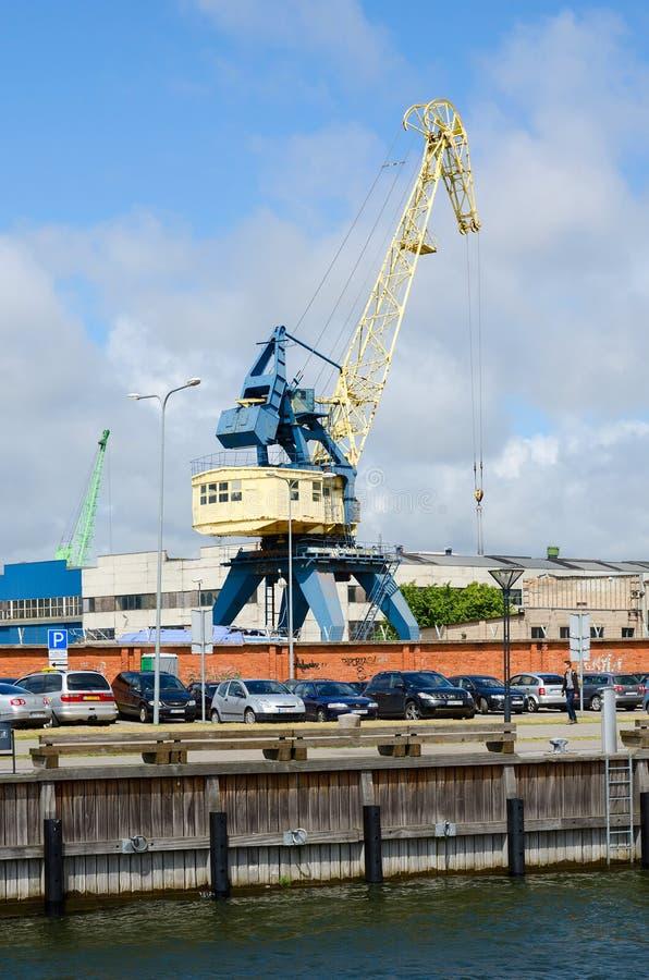 Lastkranar i hamnstaden av Klaipeda royaltyfri bild