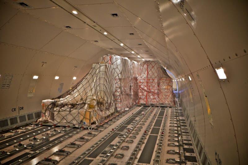 Lastpåfyllning inom ett flygplan royaltyfri foto