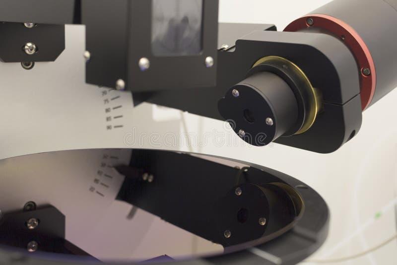 Lastra di silicio di spessore porpora di misura di colore del film sul ellipsometer immagine stock