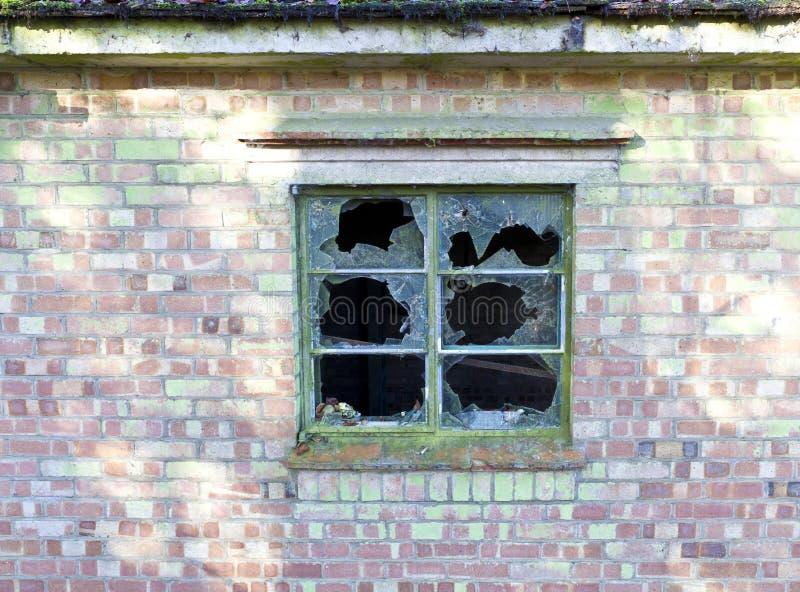 Lastre di vetro fracassate in una finestra fotografia stock