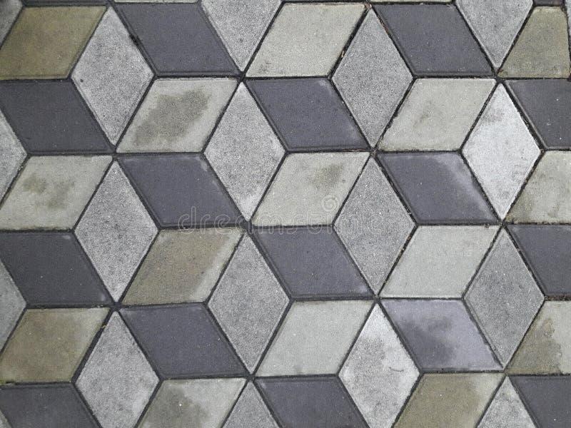 Lastre per pavimentazione grige e grigio scuro, dopo la pioggia La struttura ed i precedenti della pietra fotografie stock libere da diritti