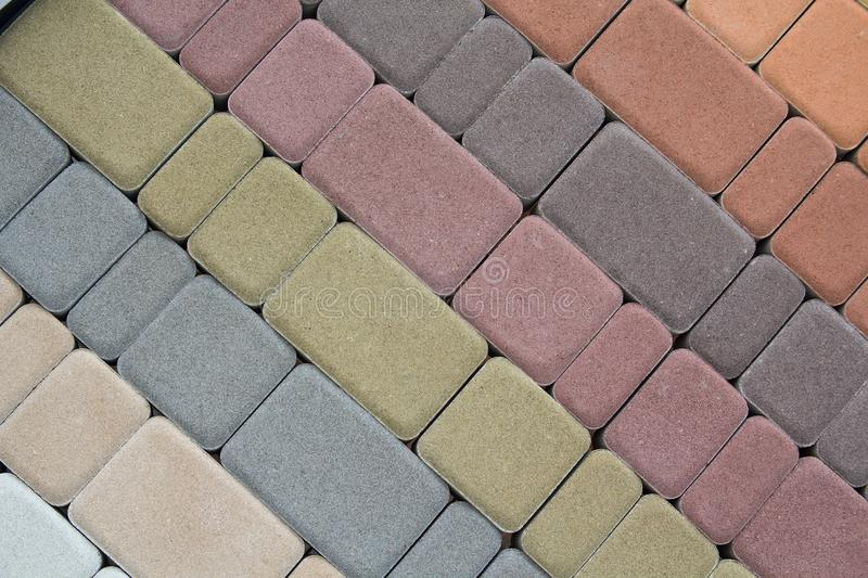 Lastre per pavimentazione multicolori per la strada che pavimenta dal mosaico sulla finestra del negozio fotografia stock