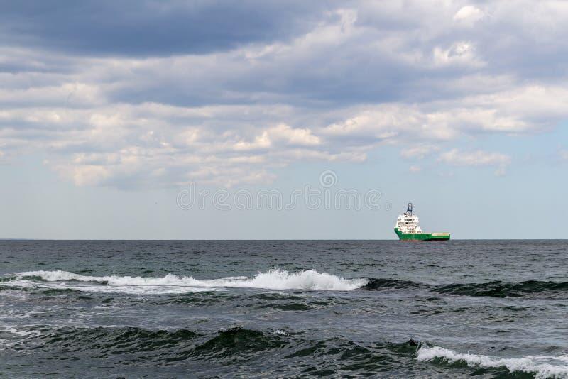 Lastskyttel för bärare i stora partier som är kommande i de grova sjögångarna arkivbild