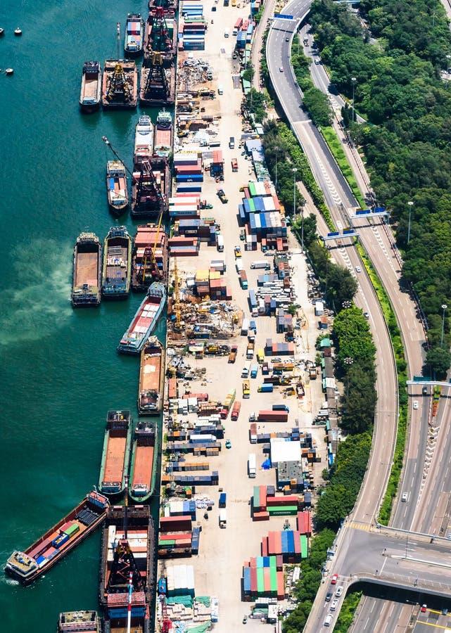 Lasttrans. mellan land och havet royaltyfria foton