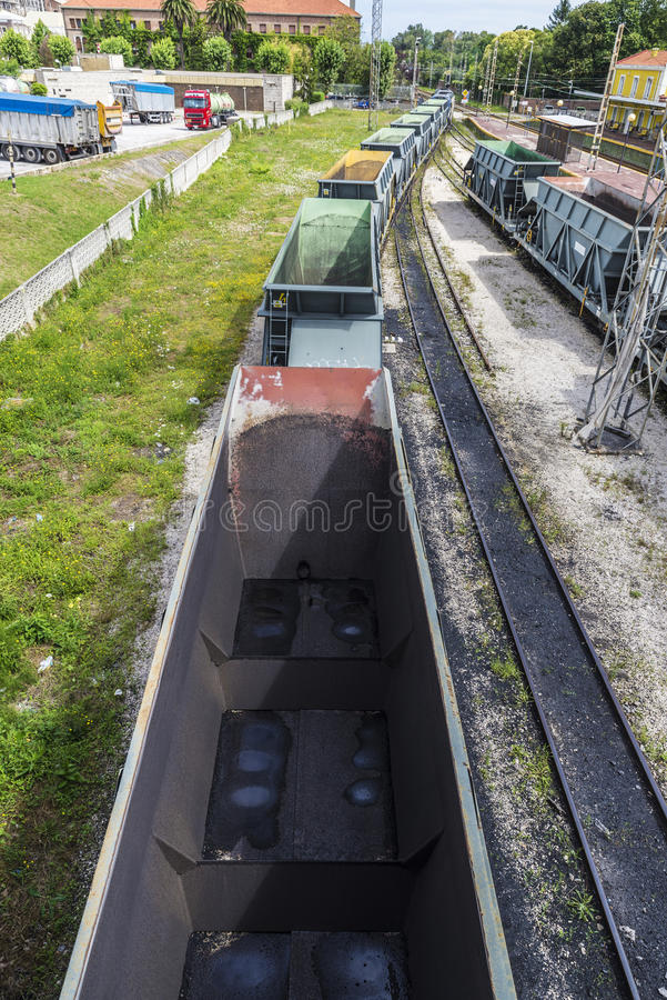 Lastvagnar som stoppas på en station royaltyfria foton
