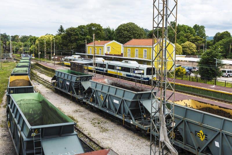 Lastvagnar som stoppas på en station royaltyfria bilder