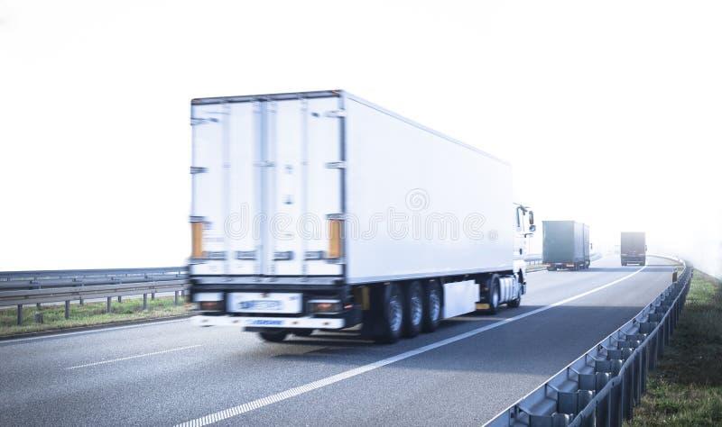 Lastwagen auf der Autobahn stockbild