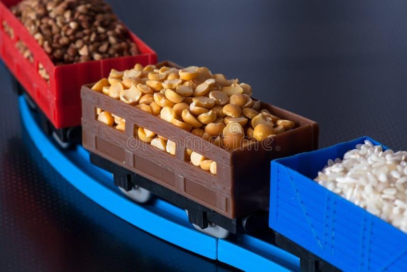 Lastwagen mit Korn von Erbsen, von Reis und von Buchweizen lizenzfreies stockfoto