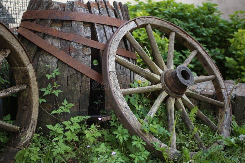 Lastwagenrad oder Wagenrad u. hölzernes Fass stockfotos
