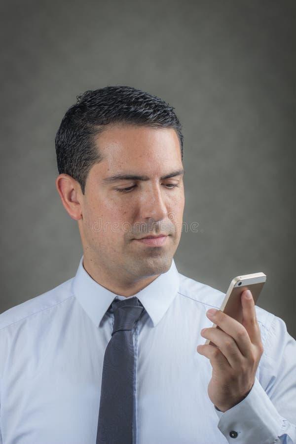 Latín masculino que hace una llamada de teléfono foto de archivo libre de regalías