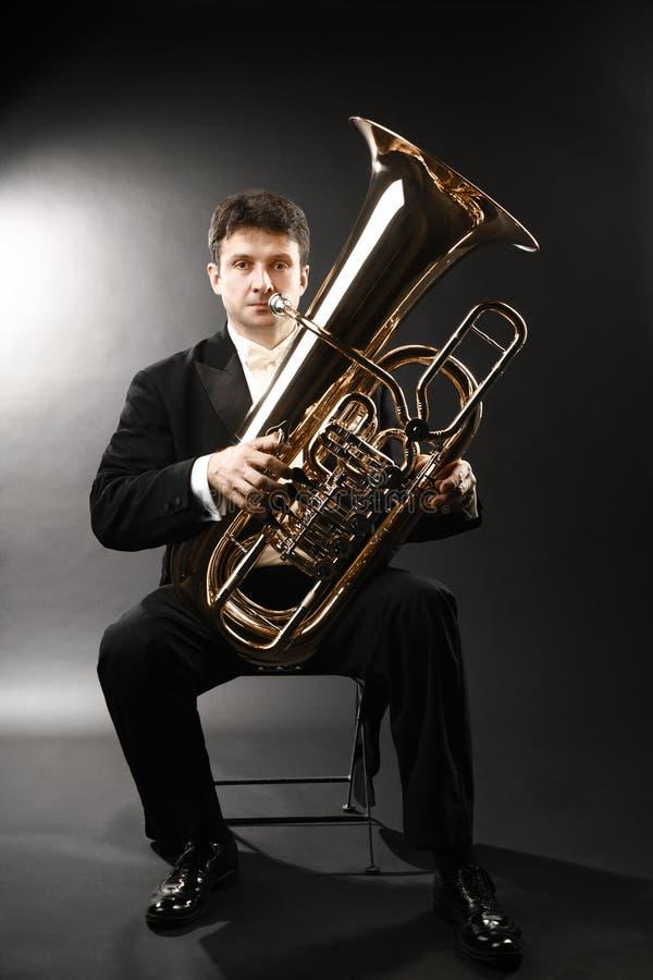 Latón del jugador de la tuba Músico clásico fotografía de archivo