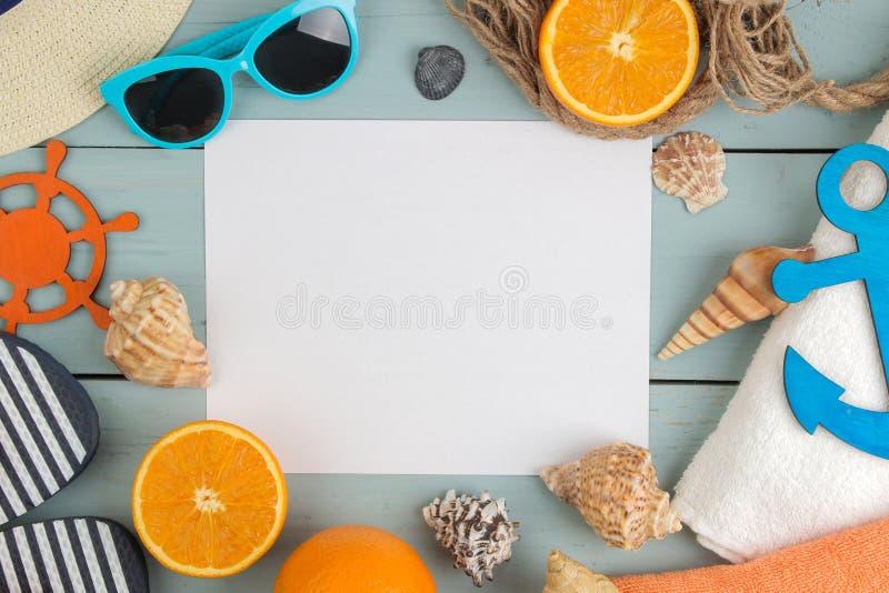 Lat akcesoria Plażowi akcesoria lanie, kapelusz, skorupy, ręcznik i okulary przeciwsłoneczni na błękitnym drewnianym stole, Odgór zdjęcie royalty free
