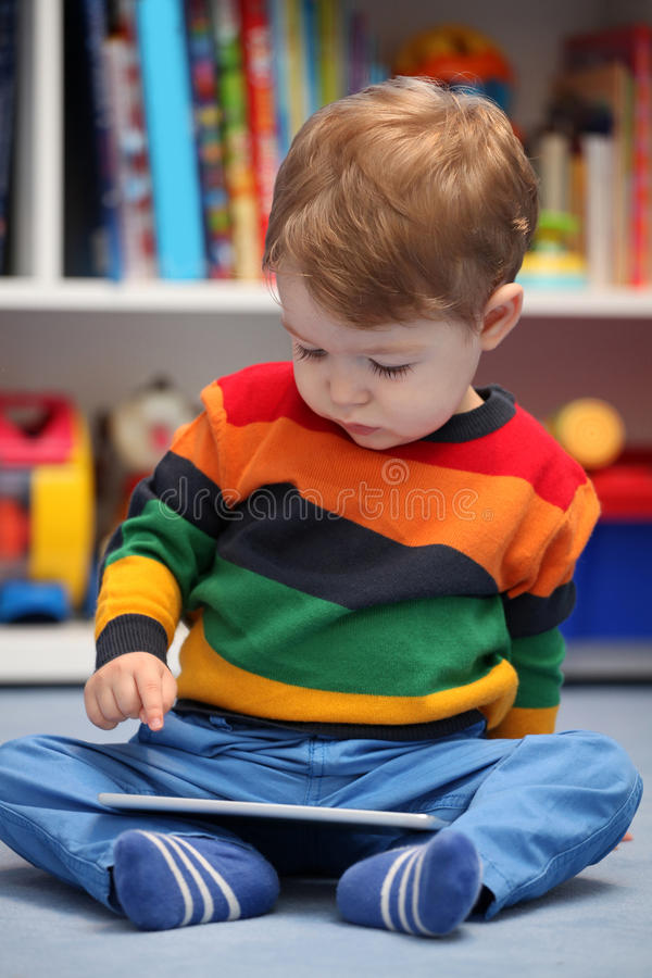 2 lat chłopiec używa cyfrowego pastylka komputer obraz royalty free