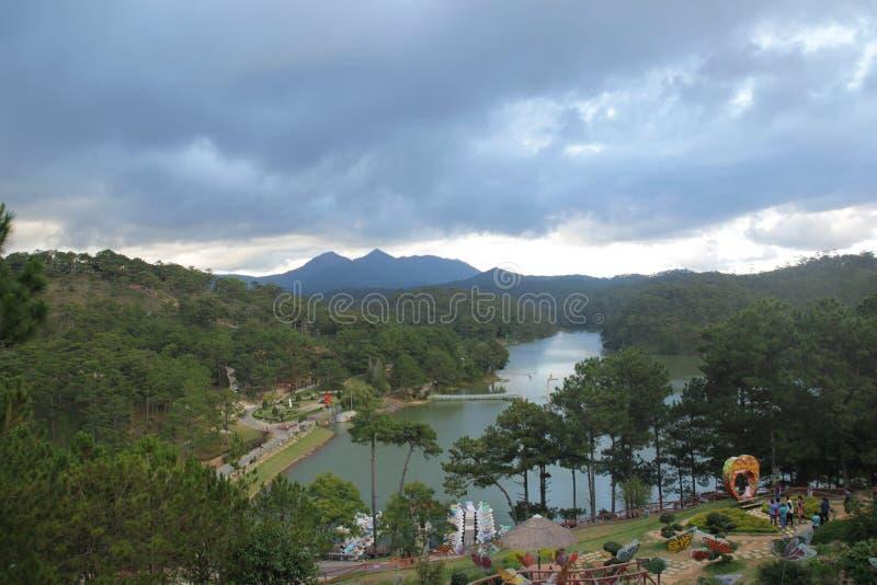 Lat da Dinamarca, Vietname - novembro 25,2016: Paisagem bonita com lago, árvores no céu azul imagem de stock royalty free