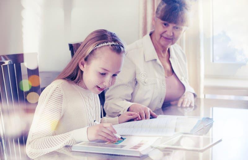 10 lat dziewczyna i jej nauczyciel Małej dziewczynki nauka podczas jej intymnej lekci Tutorial i edukacyjny pojęcie obrazy royalty free
