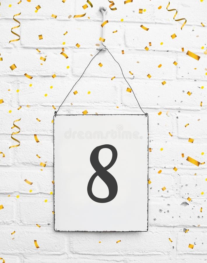 8 lat przyjęcia urodzinowego karta z liczbą osiem z złotym co obrazy royalty free