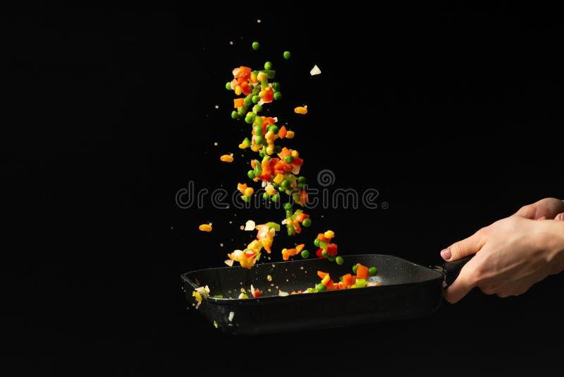 Latać mieszanych warzywa w niecce zdrowy diety jedzenie Czarny tło dla kopiowego teksta Pojęcie jedzenie i kucharstwo zdjęcia stock