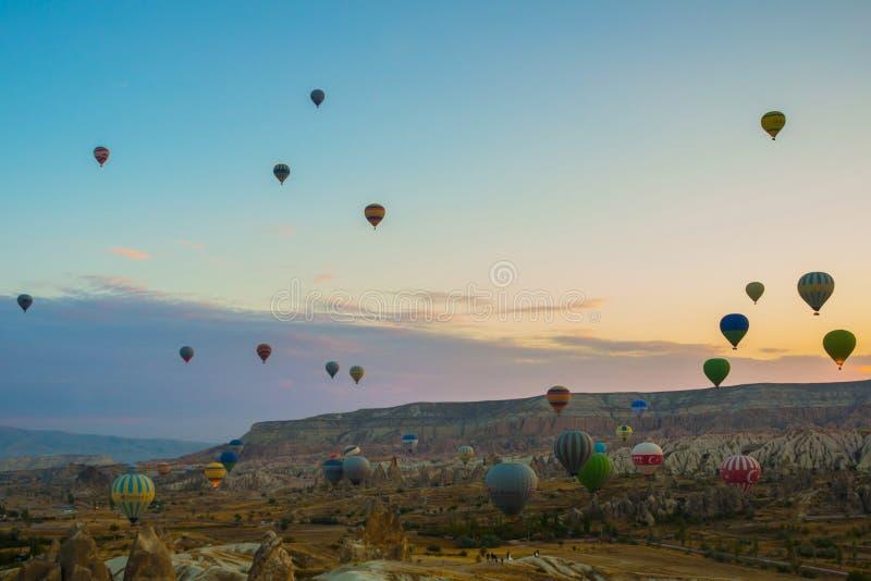 Latać na balonu wczesnym poranku w Cappadocia Kolorowy wiosny wschód słońca w rewolucjonistki róży dolinie, Goreme wioski lokacja zdjęcia royalty free
