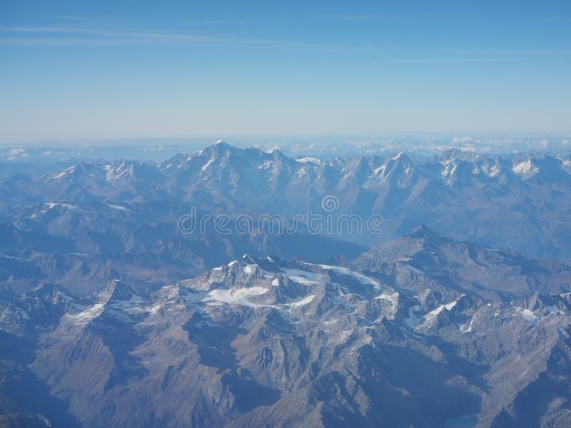 Latać nad Alps podczas sezonu jesiennego Krajobraz przy Mont Blanc i lodowami Widok Z Lotu Ptaka od Samolotowego okno zdjęcia royalty free