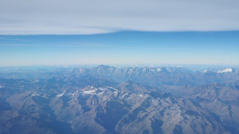 Latać nad Alps podczas sezonu jesiennego Krajobraz przy Mont Blanc i lodowami Widok Z Lotu Ptaka od Samolotowego okno zdjęcie royalty free