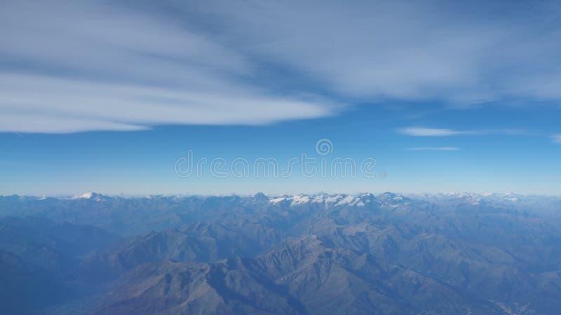 Latać nad Alps podczas sezonu jesiennego Krajobraz przy Mont Blanc i lodowami Widok Z Lotu Ptaka od Samolotowego okno obrazy stock