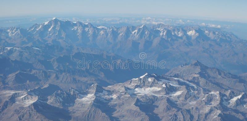 Latać nad Alps podczas sezonu jesiennego Krajobraz przy Mont Blanc i lodowami Widok Z Lotu Ptaka od Samolotowego okno zdjęcia stock