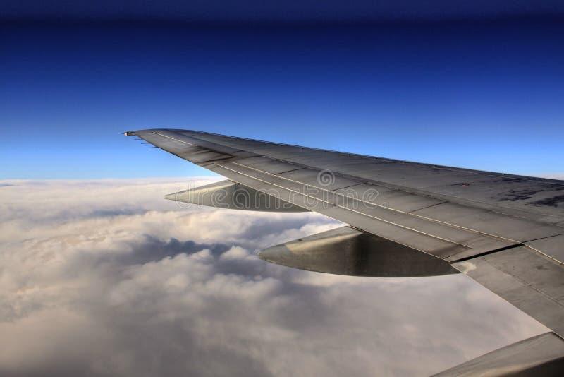 Latać nad chmura nadokienny widok na skrzydle obrazy stock