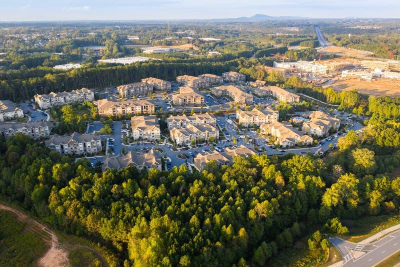 Latać nad nowymi mieszkaniami własnościowymi i budowami w podmiejskim Atlanta podczas zmierzchu fotografia royalty free