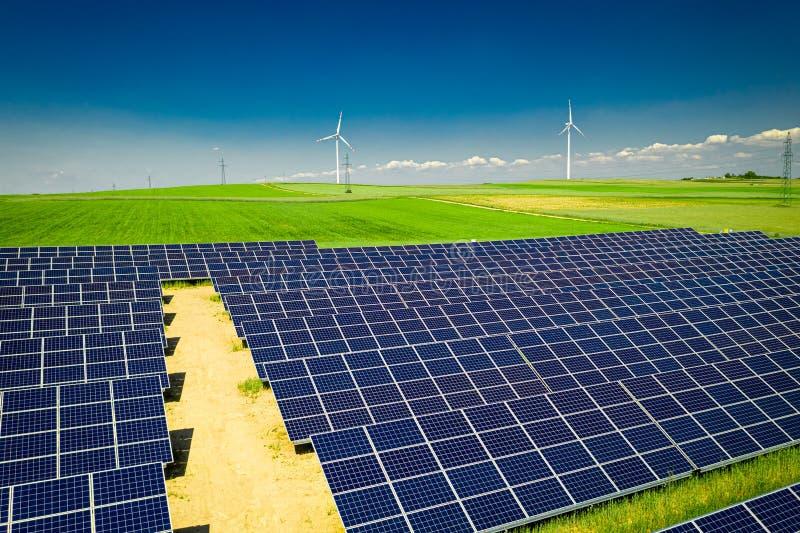 Latać nad oszałamiająco widok panel słoneczny w słonecznym dniu obraz stock