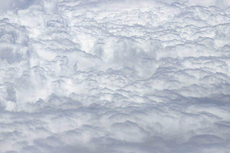 Latać nad zwarta warstwa białe chmury Wielkie i piękne chmury zdjęcia royalty free