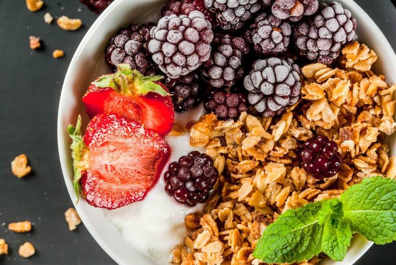 Lata śniadanie z świeżymi jagodami i owoc obrazy stock