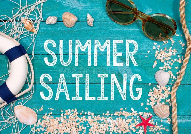 Lata żeglowanie - wakacje przy plażą fotografia stock