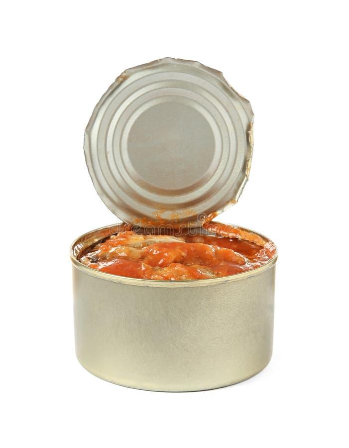 Lata abierta de pescados en salsa de tomate en blanco foto de archivo libre de regalías