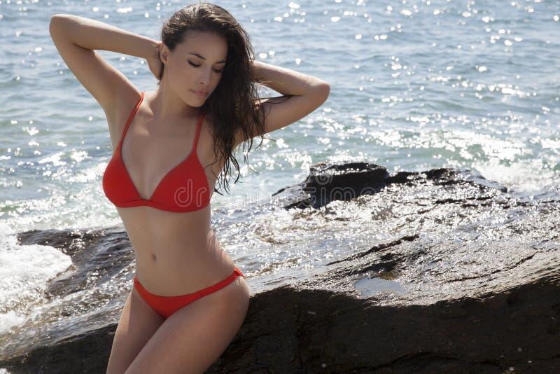 Lata ciało w czerwonym bikini obrazy royalty free