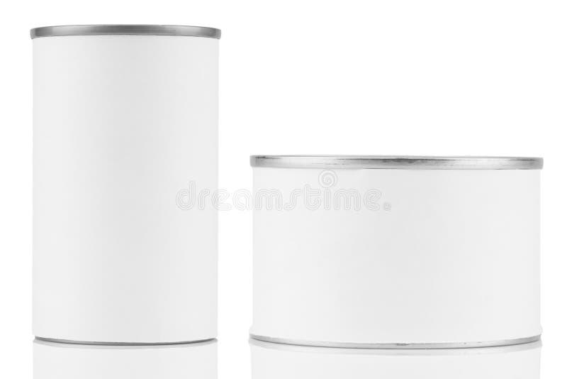 Lata con la etiqueta blanca en blanco en el fondo blanco foto de archivo