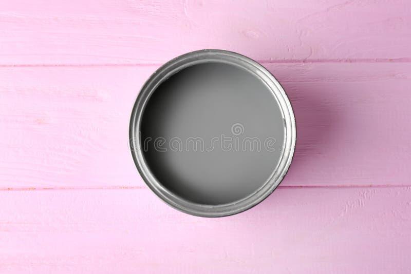 Lata con la pintura gris en fondo del color imagenes de archivo